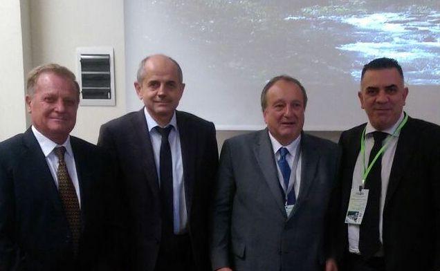 Снимка с г-н Пиер Грандадам – президент на на Европейската федерация на горските общини (FECOF), г-н Стефан Радев - председател на Управителния съвет на Асоциация общински гори, кмет на Сливен, и инж. Тихомир Томанов - изпълнителен директор на Асоциация общински гори, вицепрезидент на FECOF (вляво)
